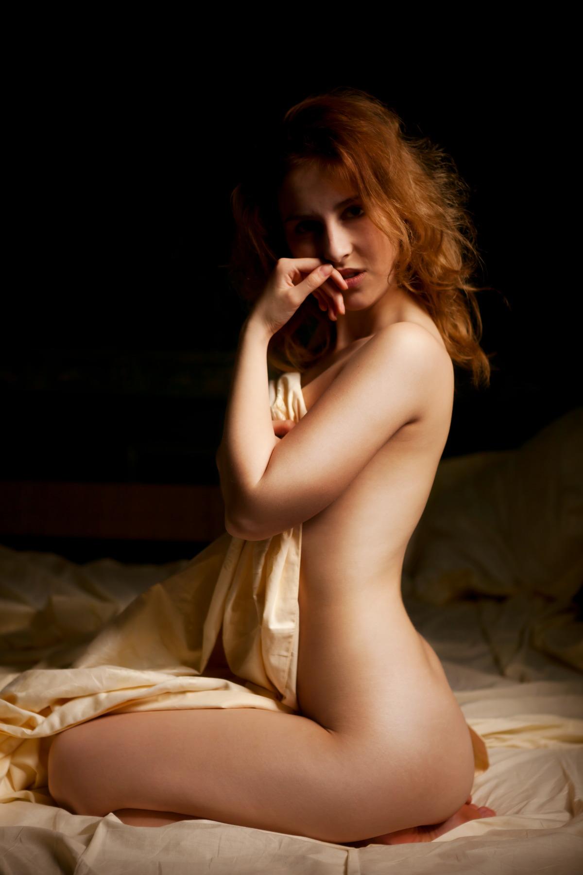Sexy Rothaarige im Bett