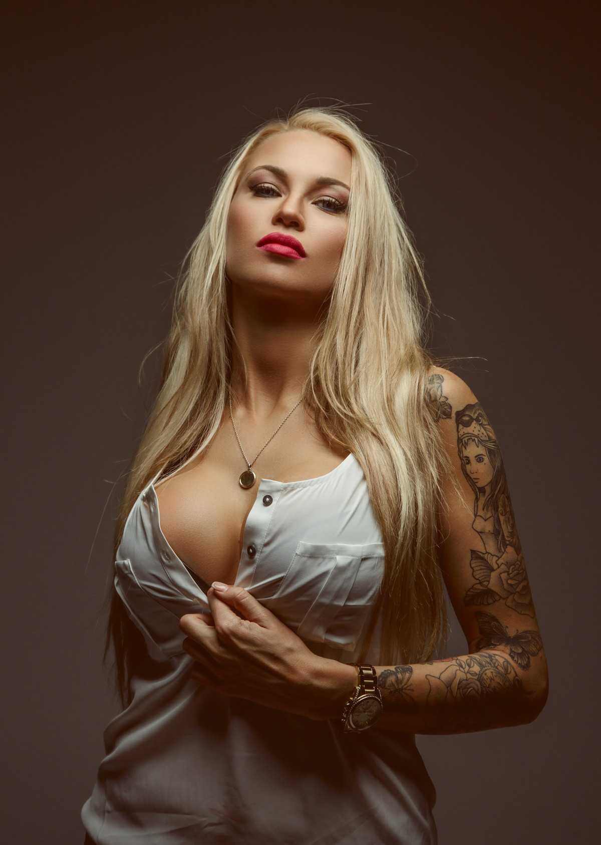 Sexy Blondine mit Tattoos