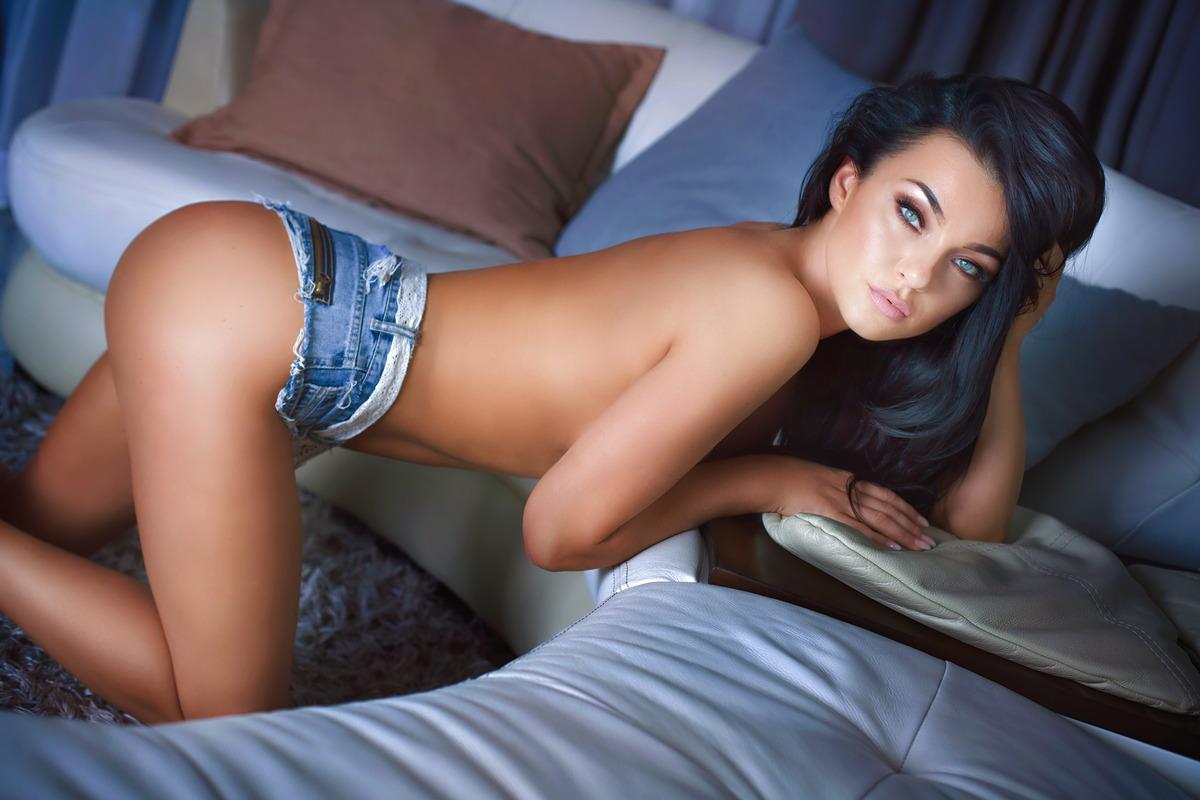 Sexy Girl wartet an der Couch