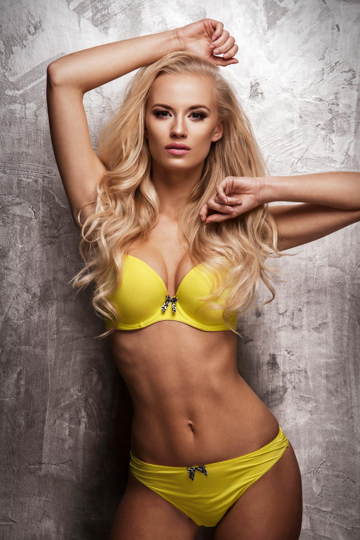 Sexy Girl an der Wand