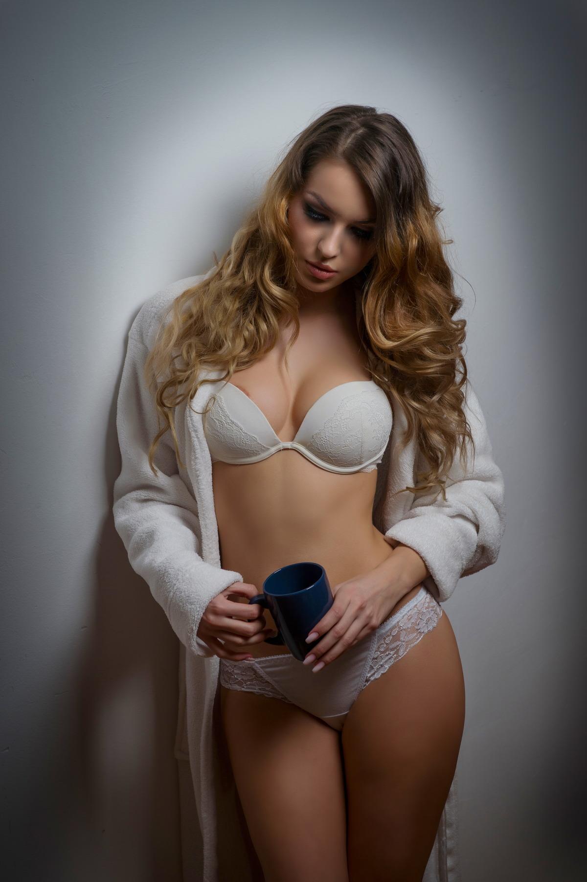 Sexy Girl im Bademantel