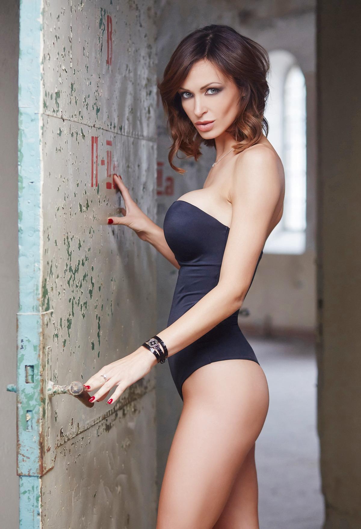 Sexy Girl öffnet Stahltür