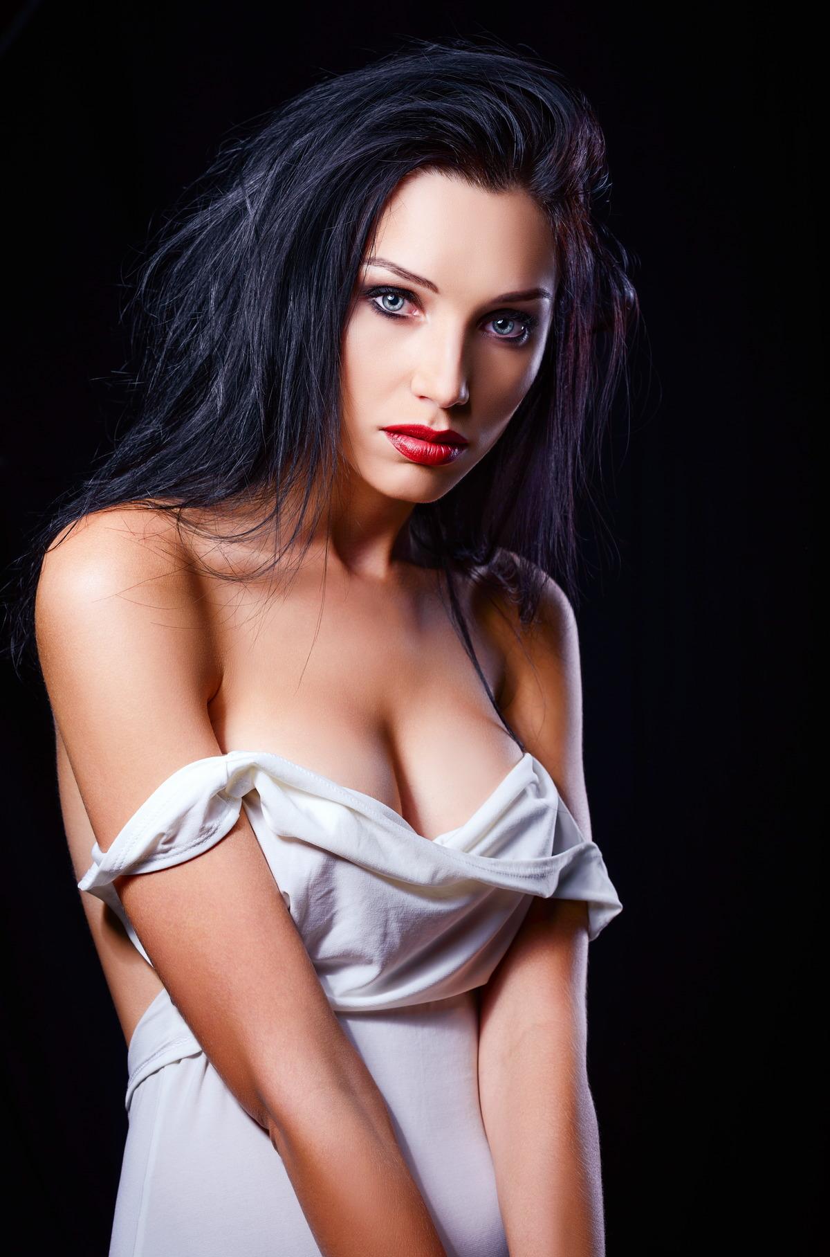 Sexy Schwarzhaarige mit blauen Augen
