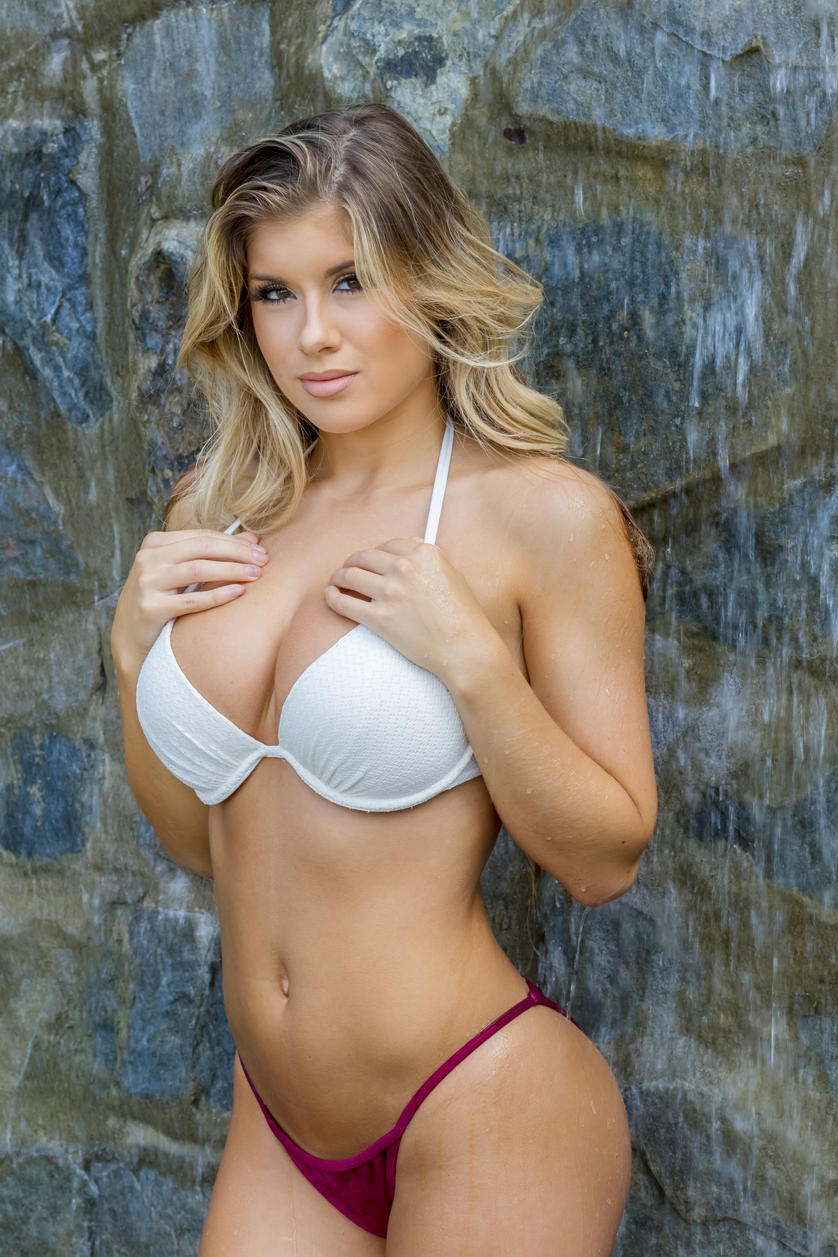Sexy Girl am Wasserfall