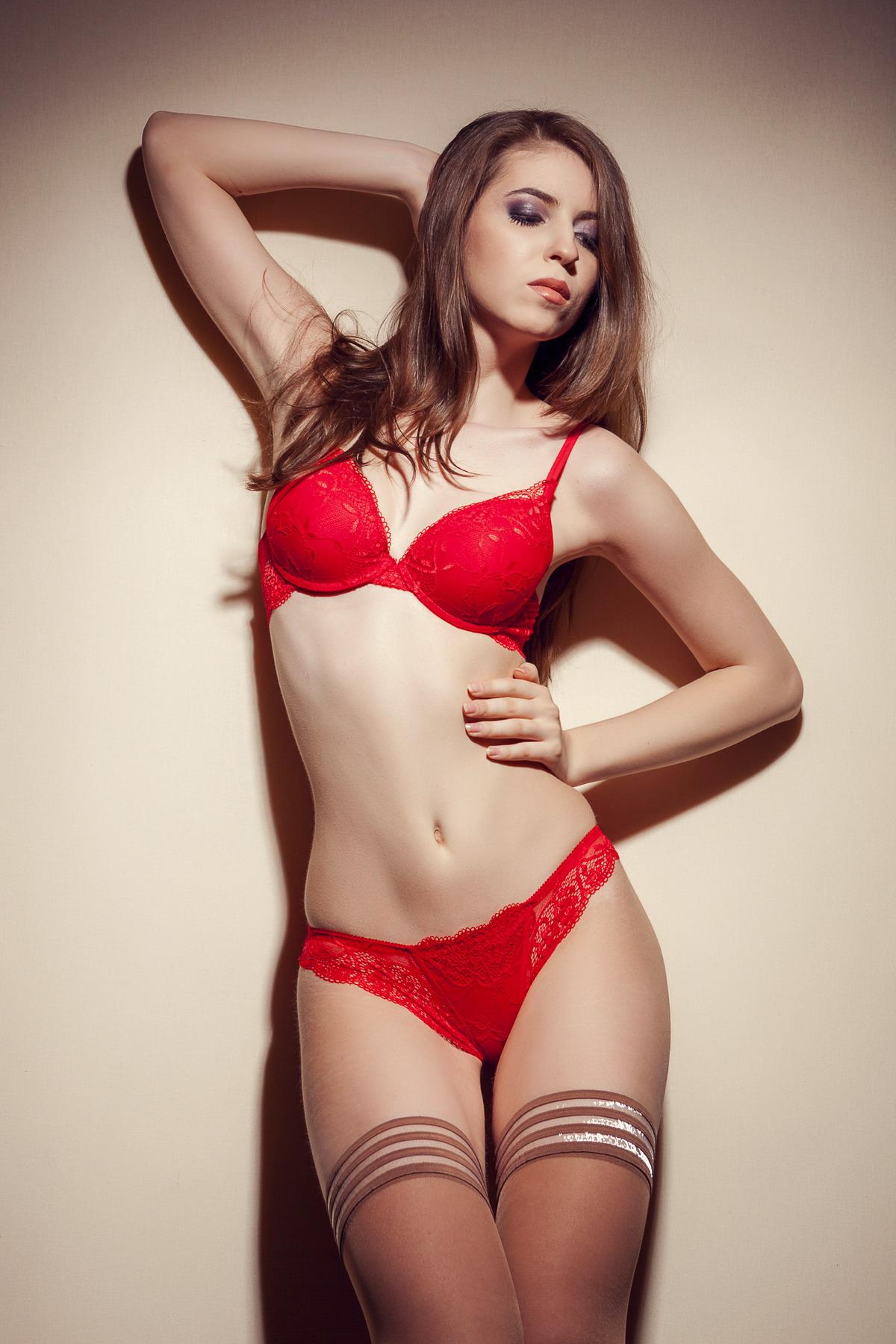 Selbstbewusstes Girl in roter Unterwäsche