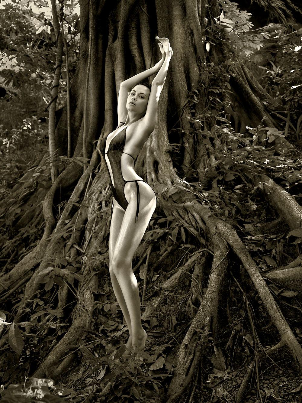 Heißes Bikinigirl im Wald