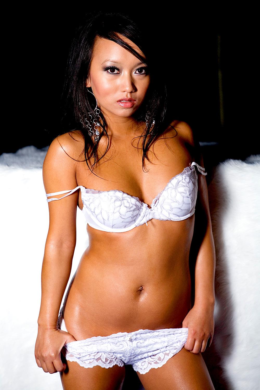 Heisse Asiatin in weißer Unterwäsche