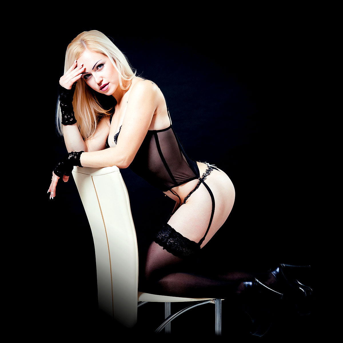 Sexy Blondine in schwarzen Dessous