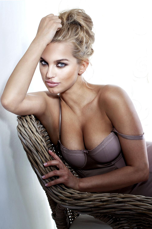 Sexy Blondine in Unterwäsche