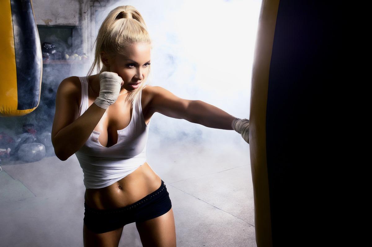 blonde Traumfrau boxt