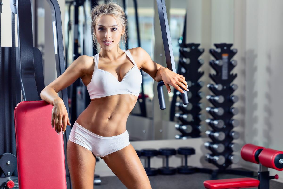 Hübsche Blondine im Fitness-Studio