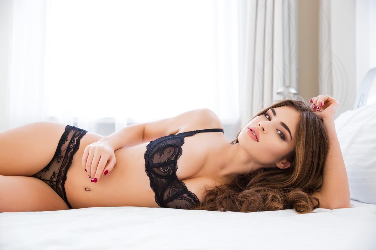Sexy Girl in Dessous warten im Bett