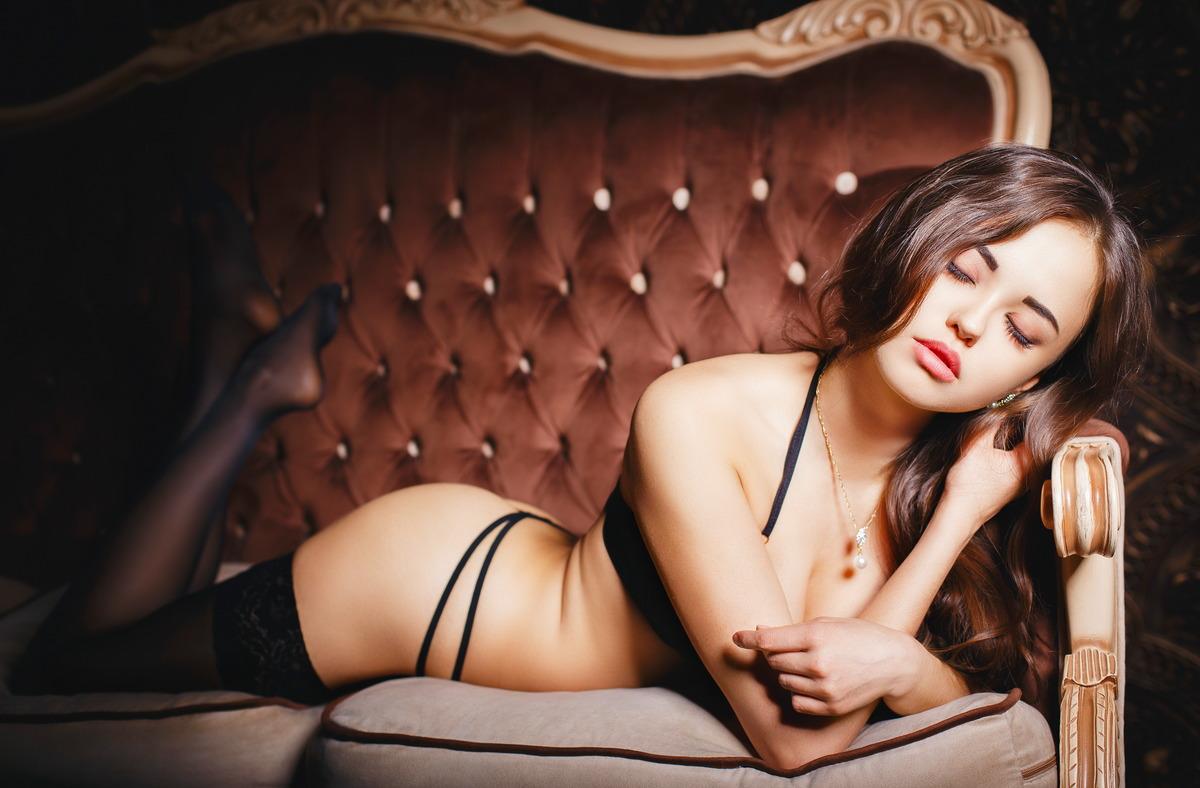 Sexy Girl kuschelt auf dem Sofa
