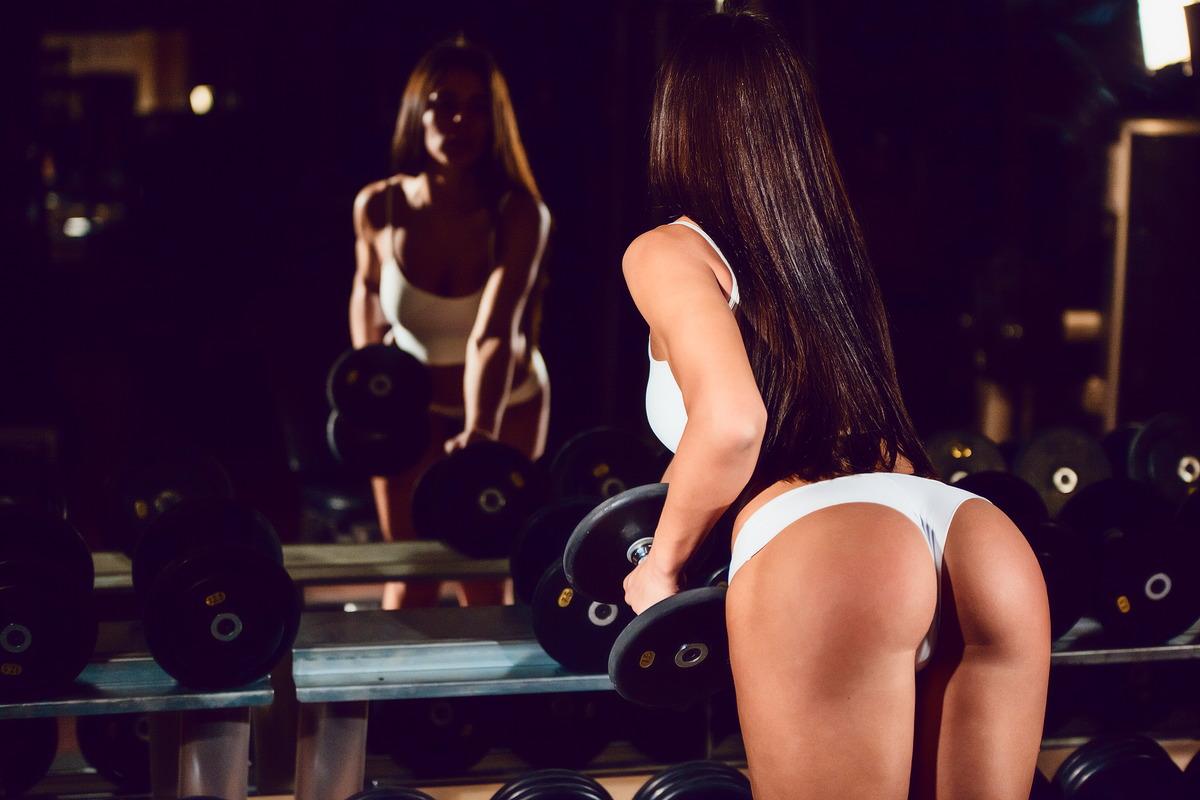 Heißer Knackpo im Fitness-Studio