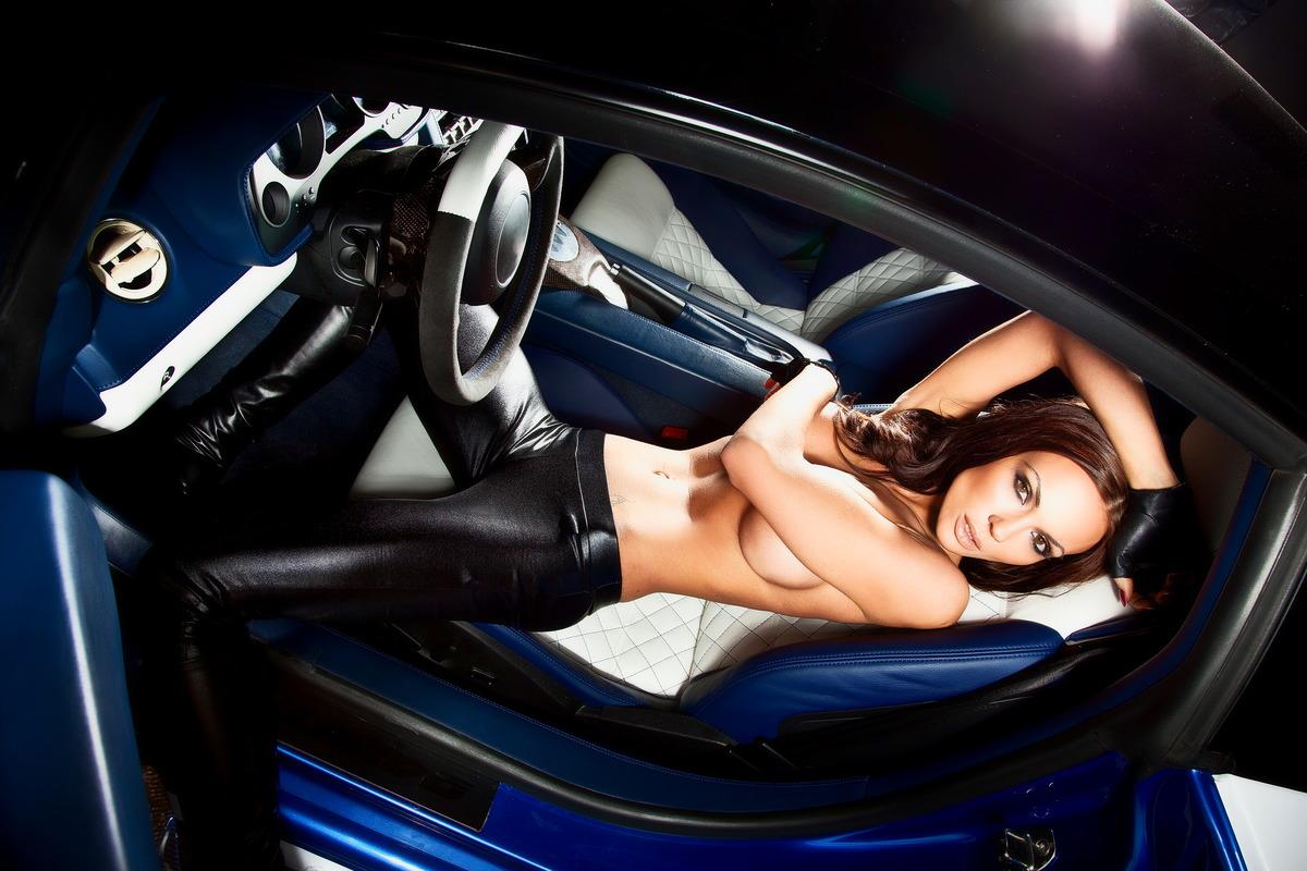 Luxusfrau im Sportwagen