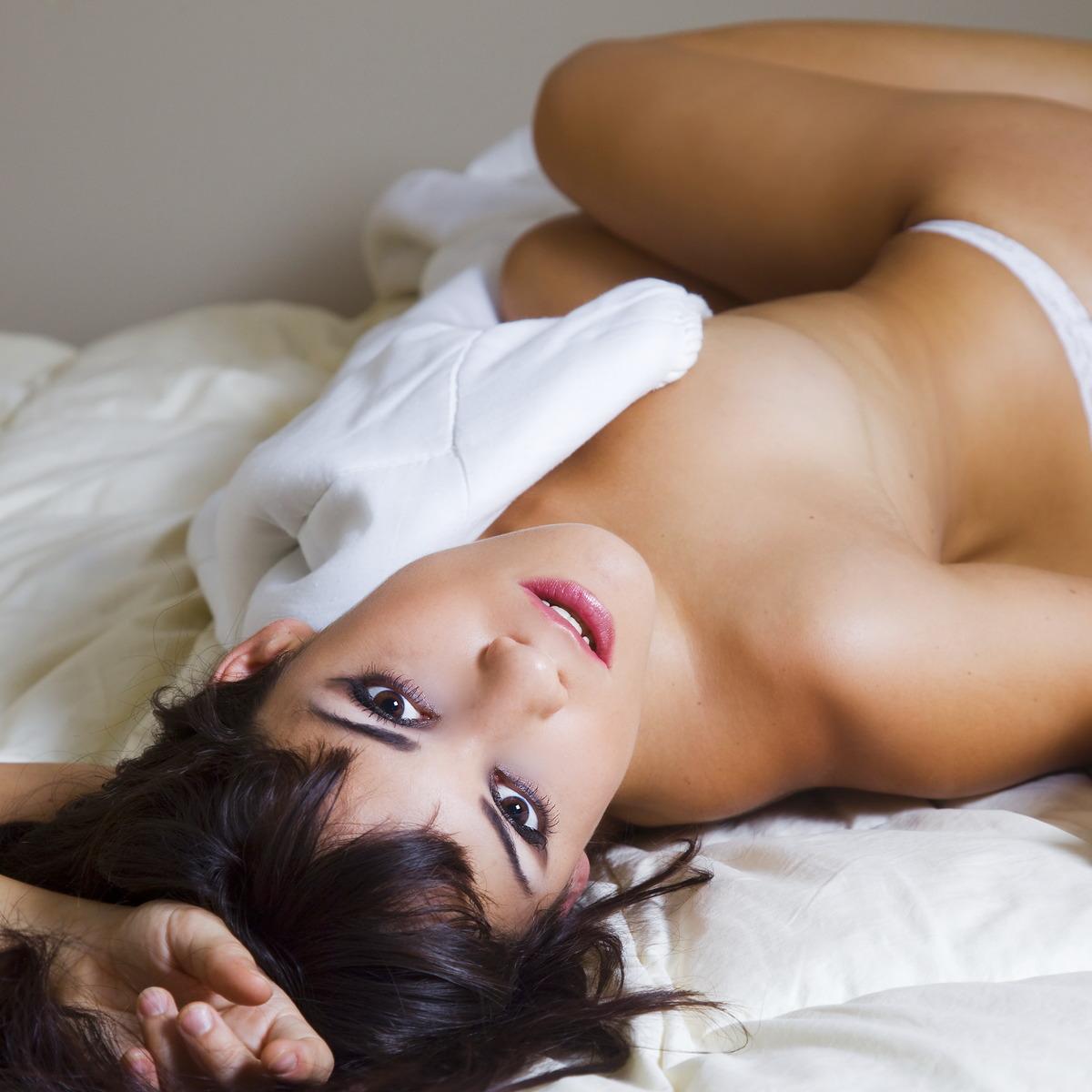 Sexy Girl kuschelt im Bett