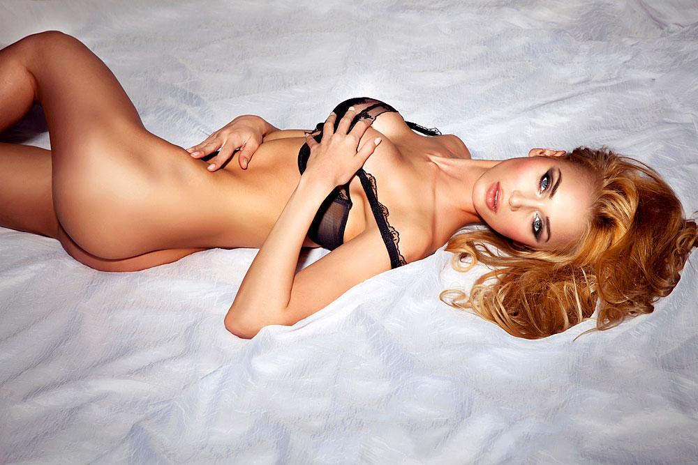 Sexy Girl mit schwarzem BH im Bett