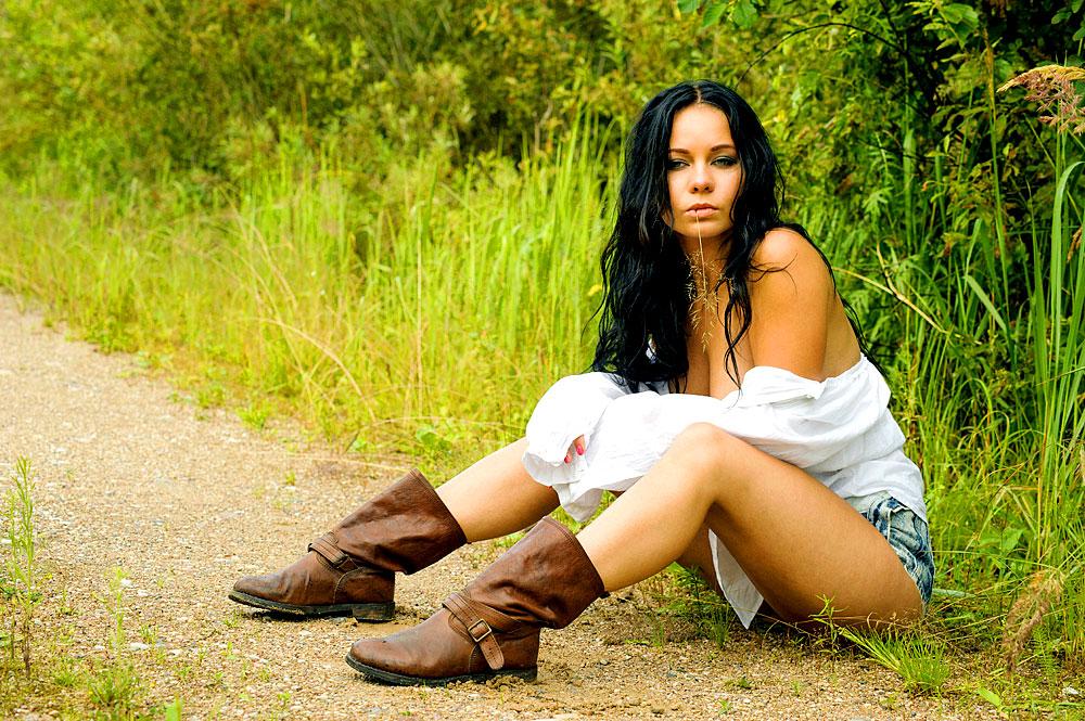 Sexy Girl wartet am Wegrand