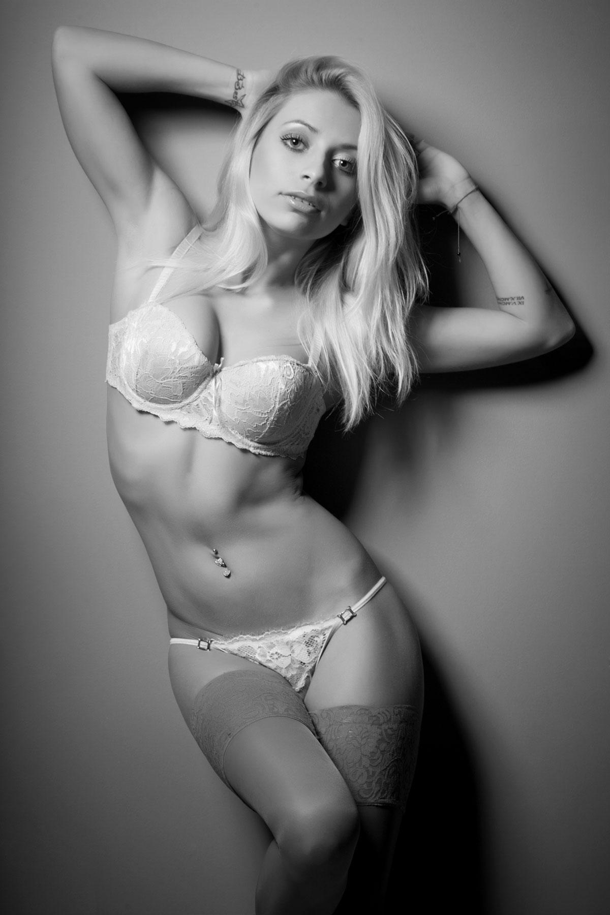 Blondine in Schwarz/Weiß