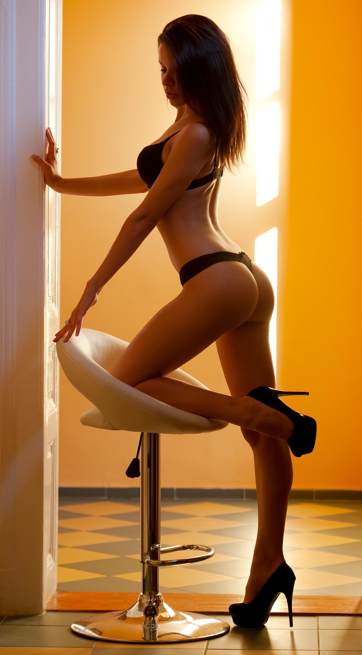 Sexy Girl auf Barhocker