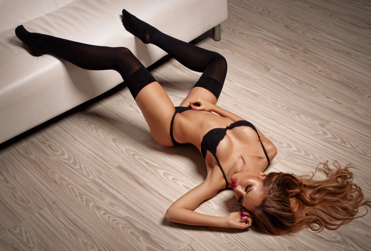 Sexy Girl auf dem Fußboden