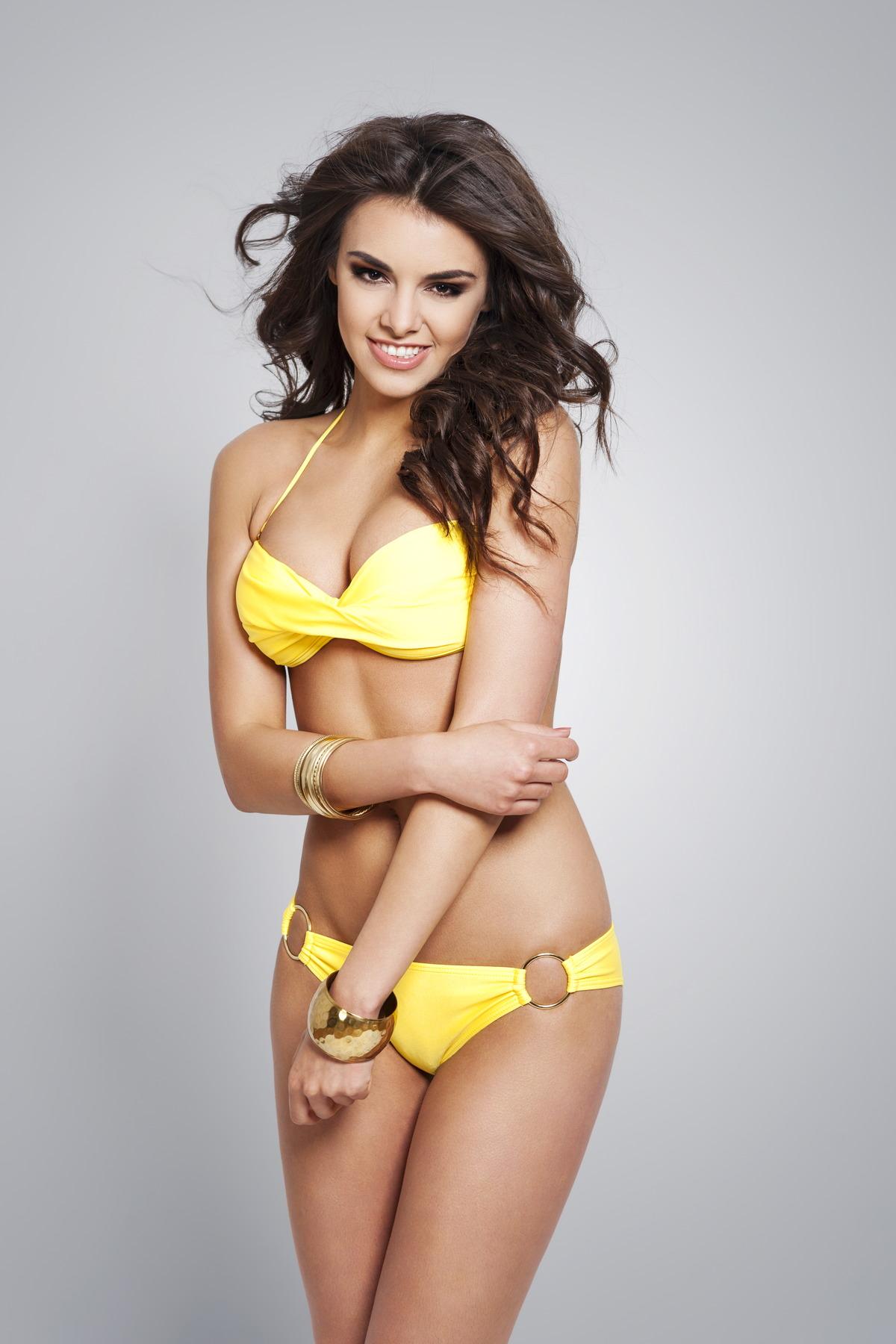 Sexy Girl im gelben Bikini