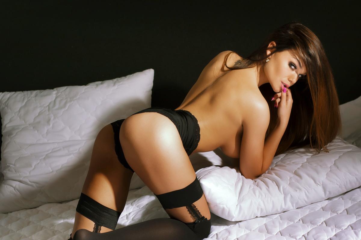Sexy Girl flirtet im Bett